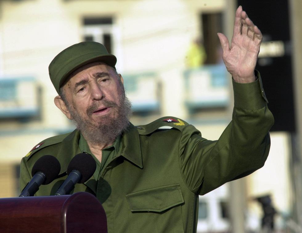 הבחירה במדים צבאיים כלבוש ייצוגי ורשמי העבירה לנתיניו מסר קבוע וברור: קסטרו הוא אדם עממי נטול סממני אופנה, מגויס למטרה, לוחם ללא חת, מנהיג (צילום: Gettyimages)