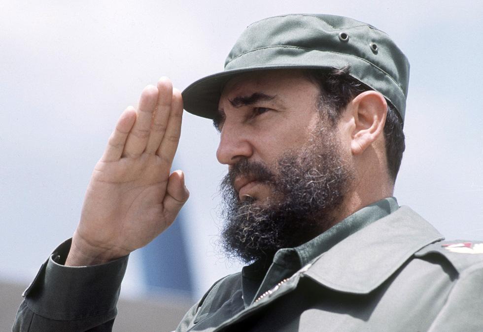 מתחילת דרכו הפוליטית נהג קסטרו ללבוש מדי זית צבאיים וכומתה בצבע אדמה, שמאוחר יותר הוחלפה בכובע מצחייה מרובע (צילום: rex/asap creative)