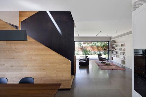 גרם המדרגות מפריד בין המטבח לפינת הישיבה (צילום: עמית גירון)