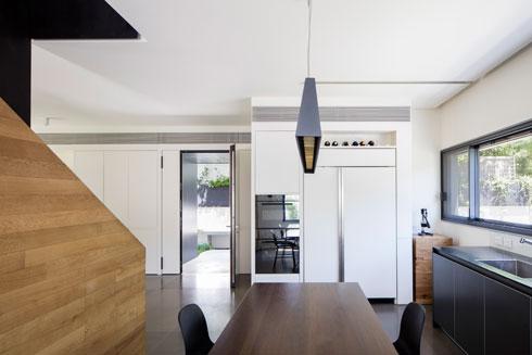 מבט מתוך המטבח לכיוון דלת הכניסה (צילום: עמית גירון)