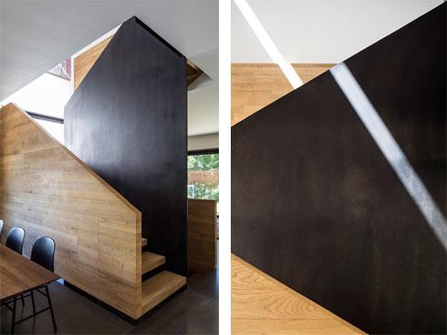 חלון עילי שופך אור על גרם המדרגות (צילום: עמית גירון)