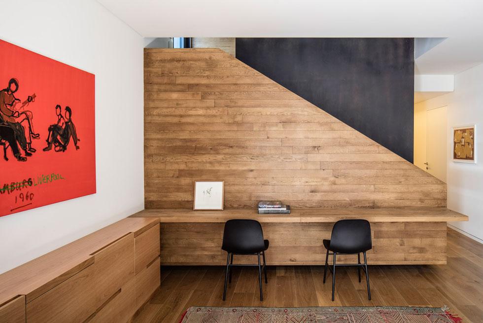 אהבתם של בני הזוג לאמנות נוכחת גם בקומת המרתף. תכנון מקום ליצירות שברשותם הייתה אחת הבקשות שלהם מהאדריכלית, וגם יצירת חללים בגודל נעים, שיתרום לאווירה המשפחתית (צילום: עמית גירון)