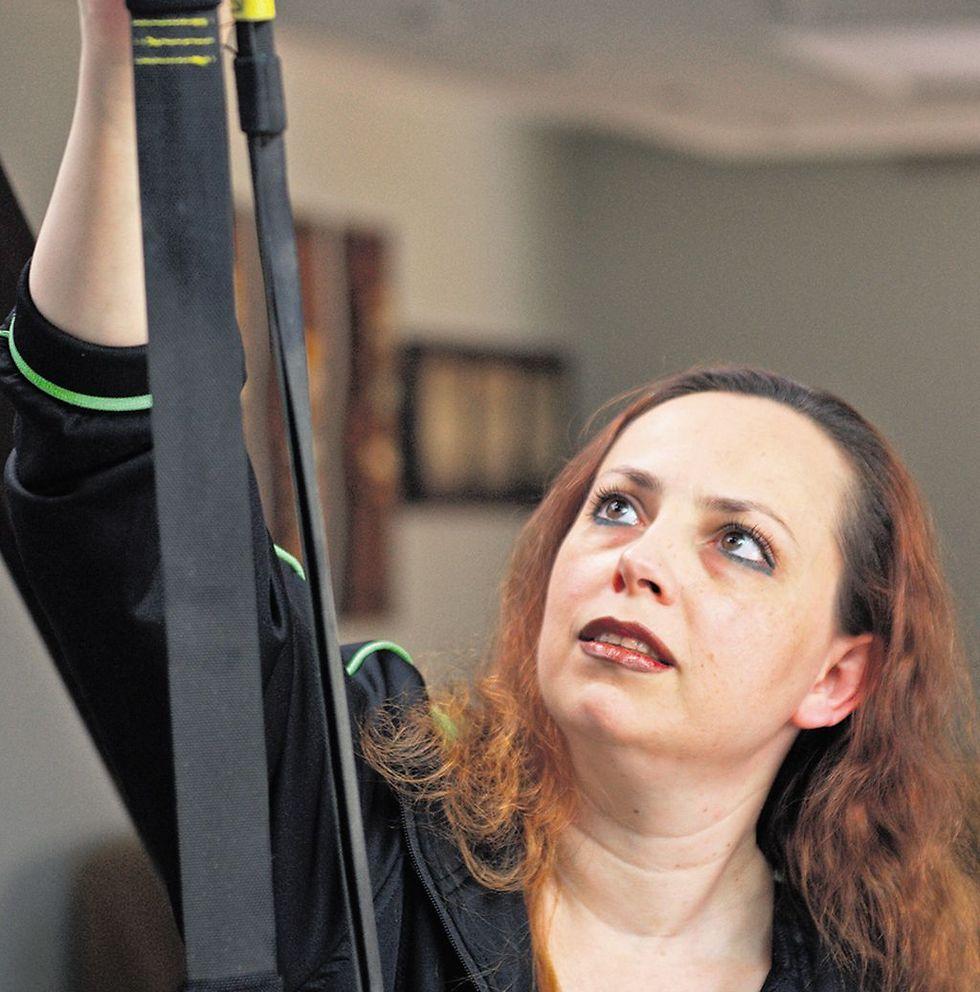 אנה שפיגל - רצועות ה-TRX עדיין משתלשלות מהתקרה (צילום: אבי רוקח)