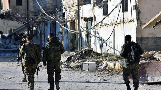 לצבא הסורי נגמר התקציב אז הוא התבסס יותר ויותר על תקציב של אנשי עסקים פרטיים המקורבים לשלטון (צילום: EPA)