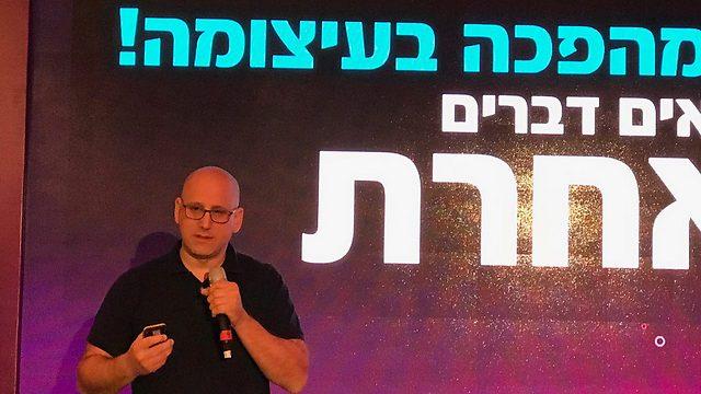 """מנכ""""ל קבוצת סלקום, ניר שטרן, במסיבת העיתונאים בתל-אביב (צילום: גיא לוי) (צילום: גיא לוי)"""