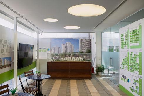 משרד המכירות של קבוצת חנן מור. ביתני המכירות הם המקומות היפים ביותר כאן (צילום: עמרי טלמור)