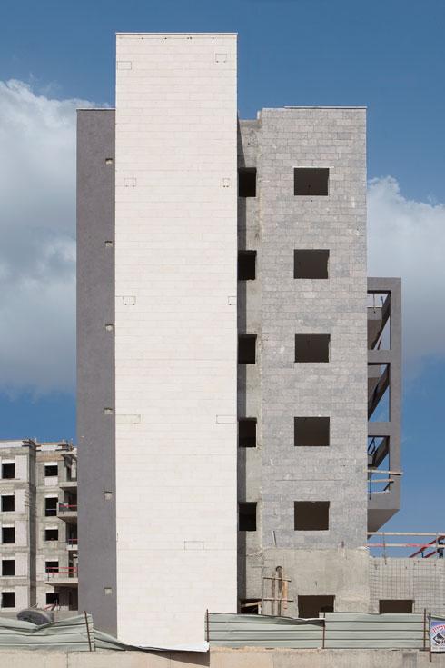 אופנת אפור-לבן. ''הדרישה של היזמים הייתה לא להשתולל'', מסביר האדריכל לארי שטרנשיין שתכנן פה 460 יחידות דיור (צילום: עמרי טלמור)