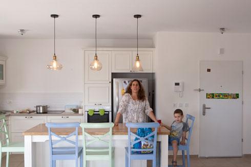 יעל רוט ובנה. ''ידענו שאין לנו סיכוי לקנות דירה במרכז הארץ'' (צילום: עמרי טלמור)