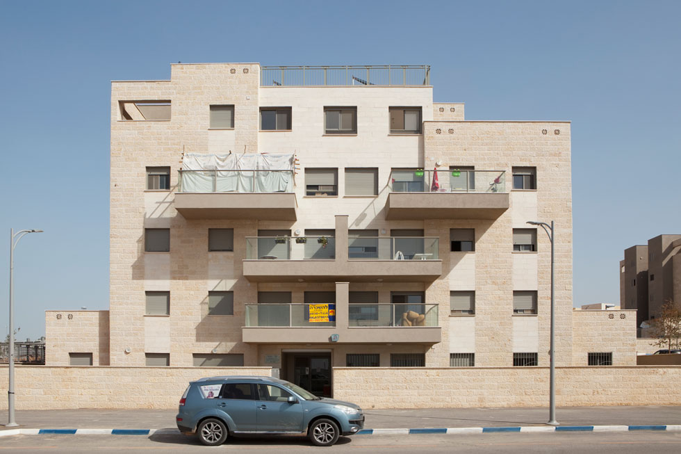 """חריש היא עיר של משקיעים, כפי שמעידים שלטי """"להשכרה"""" המבצבצים על הבניינים. כולם באו לעשות פה מכה. איך יחיו פה? סיפור אחר (צילום: עמרי טלמור)"""