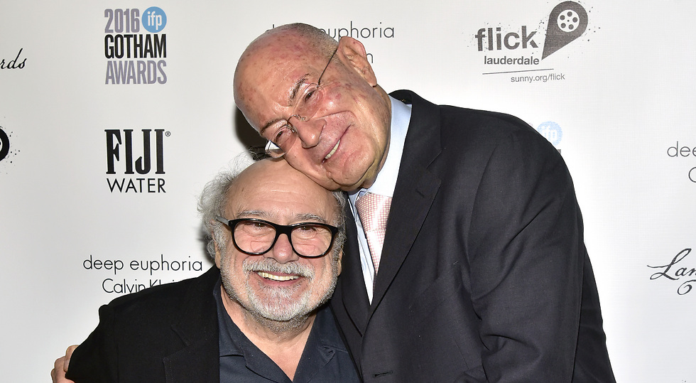 Arnon Milchan (R) with actor Danny DeVito (Photo: Getty Images)