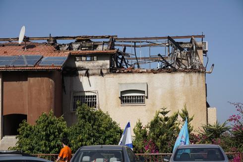 גג רעפים עם שלד עץ, אחרי השריפה. יש להחליף גגות כאלה בגג משופע מבטון, שעליו מונחים הרעפים (צילום: גיא שחר)