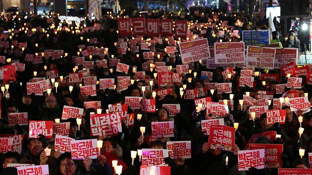 מאות אלפים יצאו לרחובות למחות נגד הנשיאה שלהם, סיאול (צילום: AP)