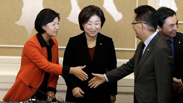 החלו בהליך הדחה. נציגי שלוש מפלגות האופוזיציה בדרום קוריאה (צילום: AP)