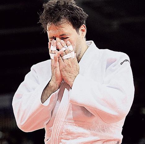 בוכה: זאבי אחרי ההפסד בסיבוב הראשון באולימפיאדת לונדון, 2012