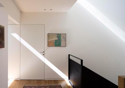 פסי אור מהחלונות שתוכננו ברום הבית (צילום: עמית גירון)