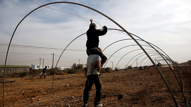 Youth building makeshift structures perparing to resist evacuation (Photo: Reuters)