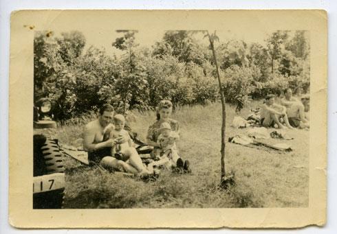 תמונת הפיקניק המשפחתי (צלם לא ידוע, 1947 רפרודוקציה: שאול שורץ)