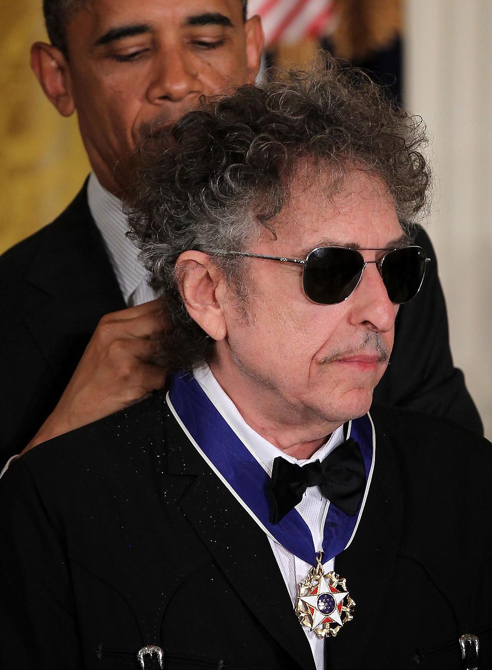 לא חסרים חומרים שיכלו להוות השראה לאלבום חדש. דילן מקבל מדליה מברק אובמה (צילום: Gettyimages) (צילום: Gettyimages)