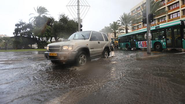"""""""הסופה היא רק פלסטר"""". תל אביב גשומה (צילום: ירון ברנר) (צילום: ירון ברנר)"""