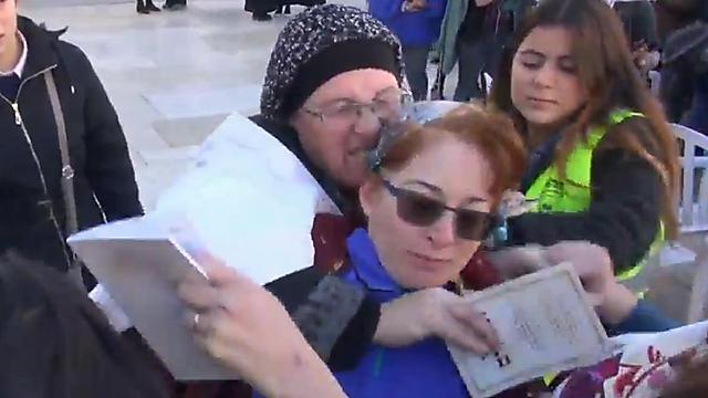 Ultra-Orthodox protester trying to strangle Rachel Cohen Yeshurun (Photo: Mona Mor)
