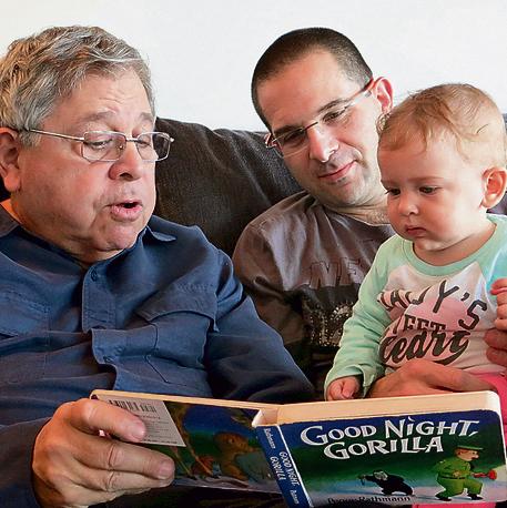 """האב ריצ'ארד לייקין ז""""ל, עם בנו ואחד הנכדים. """"מחנך, ציוני, תומך בסובלנות ובשוויון"""""""