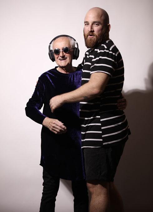 לובש בקביעות את העיצובים של הנכד. יואב מאיר וסבא דודק (צילום: רן יחזקאל)