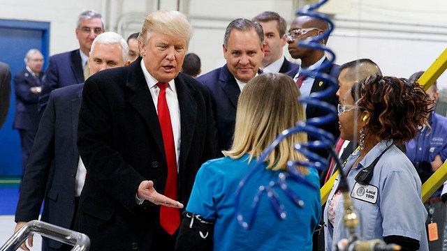 טראמפ עם העובדים במפעל באינדיאנה (צילום: AP) (צילום: AP)