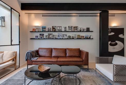 שני מדפי ברזל ארוכים מעל הספה תורמים לתחושת האורך (צילום: עודד סמדר)