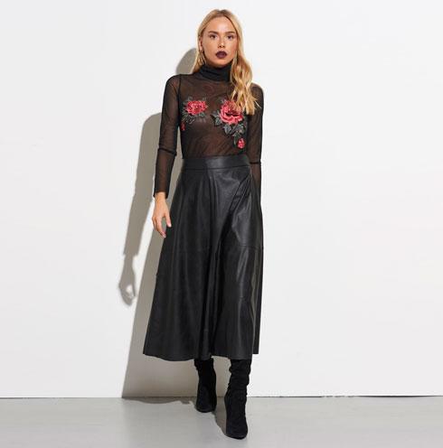 פריטי לבוש עשירים בטקסטורות פרחוניות. חולצה: 249 שקל, חצאית: 299 שקל. Lilachelgrably.com (צילום: טל קרפ)