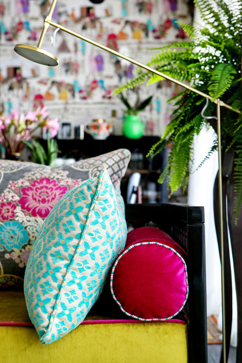 צבעי הטפט מאחדים את כל הצבעים בדירה (צילום: שירן כרמל)