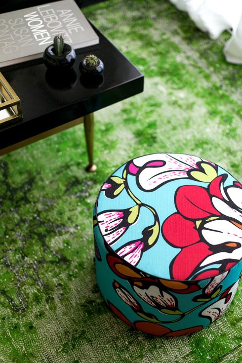 שולחן הקפה הורכב מרגלי פליז ופלטה שחורה. שטיח פרסי בגוון ירוק-תפוח עבר טיפול מיוחד כדי לקבל מראה מיושן (צילום: שירן כרמל)