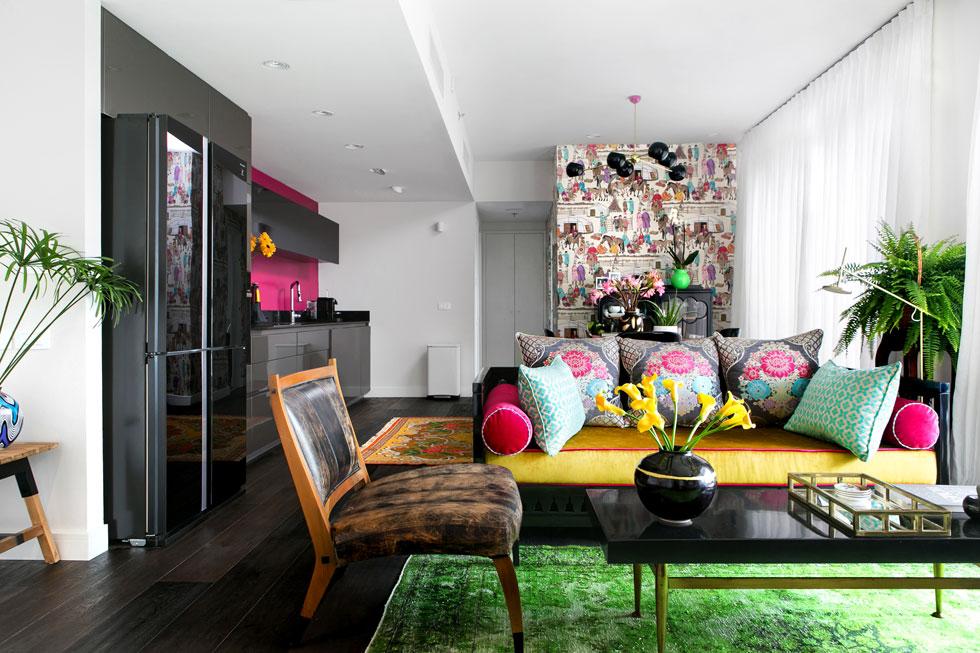 הדירה בת 95 מ''ר, בקומה הששית של מגדל שמשקיף על נתיבי איילון. בסלון-מטבח-פינת אוכל מכלול צבעים גועש (צילום: שירן כרמל)