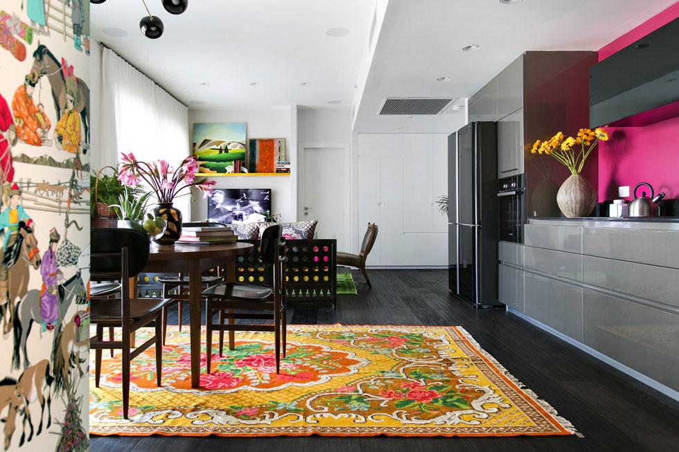 התקציב היה 200 אלף שקל, לא כולל המטבח, שנבחר והותקן בתקופה הבנייה. רצפת הגרניט-פורצלן שהקבלן הציע כברירת מחדל כוסתה בפרקט טבעי תלת-שכבתי בצבע אספרסו, והקיר מאחורי ארונות המטבח הנוצצים נצבע בוורוד בוהק (צילום: שירן כרמל)