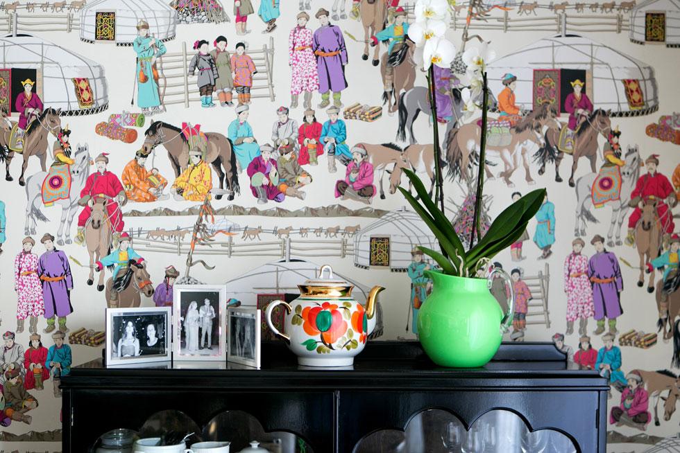 לקיר בגב הארון נבחר נבחר טפט עם הדפס איורים בסגנון מונגולי, שמושך את העין ומאחד את כל הצבעים בדירה. אי-אפשר להתעלם ממנו (צילום: שירן כרמל)