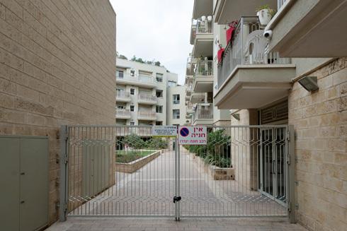 למי מותר ולמי אסור להיכנס למתחמים הסגורים של יפו? לחצו על התצלום (צילום: גדעון לוין)