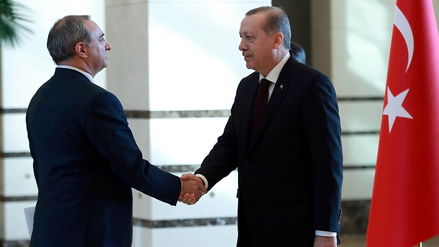 Ambassador Naeh shakes hands with Turkish President Recep Tayyip Erdogan (Photo: AFP)