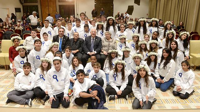 """בני הזוג ריבלין עם הנערים והנערות (צילום: מארק ניימן, לע""""מ) (צילום: מארק ניימן, לע"""
