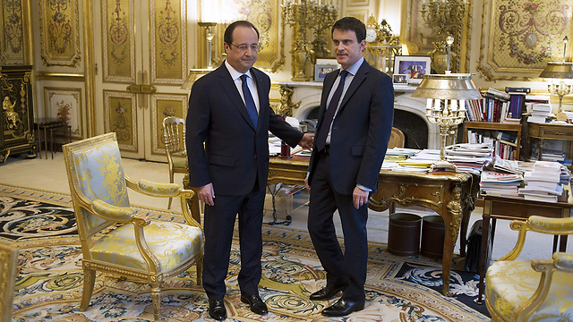 French President François Hollande (L) and PM Manuel Valls (Photo: AFP)