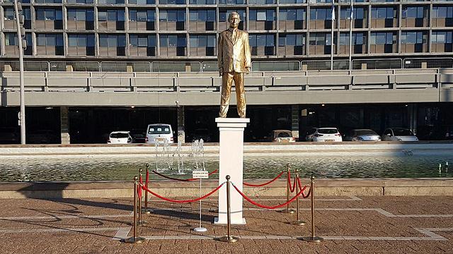 אמנות מחאה - פסל של נתניהו בכיכר רבין (צילום: מוטי קמחי) (צילום: מוטי קמחי)
