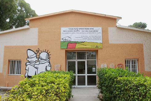"""מרכז האמנות בגבעת חביבה. """"אמרו לי שהעבודות שלי מתאימות"""" (צילום: אסף פרידמן)"""