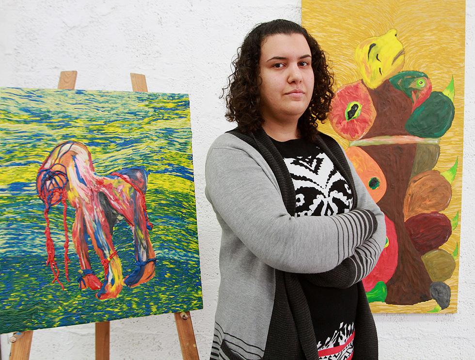 """סלמא קורבי מציגה את עבודותיה. מימין: היצירה """"איש הזחל"""", שנרכשה על ידי אוניברסיטת חיפה. """"בחיים אתה לא יכול לבחור למי להיוולד"""" (צילום: אסף פרידמן)"""