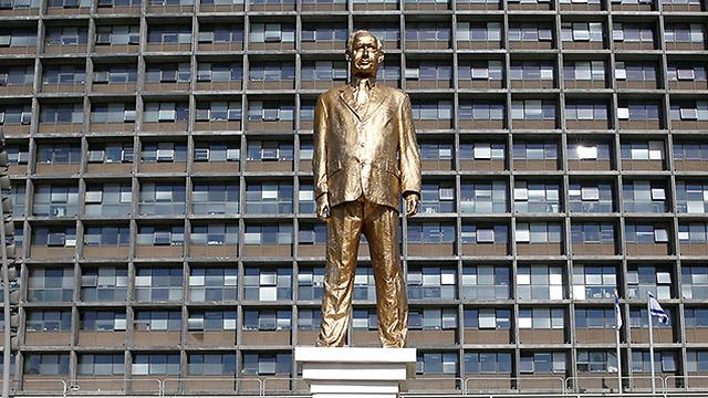 פסל נתניהו בכיכר רבין (צילום: רויטרס) (צילום: רויטרס)