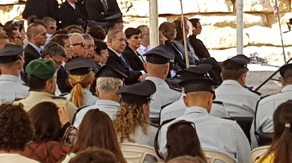 המשתתפים בטקס לזכרו של ראש הממשלה הראשון (צילום: רועי עידן) (צילום: רועי עידן)