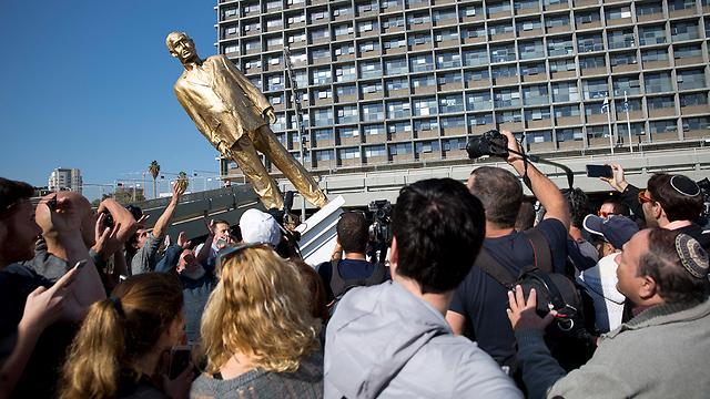 """""""King Bibi"""" being torn down (Photo: AP)"""