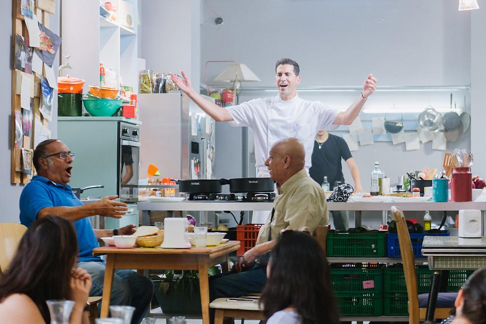 שף שגב משה מבשל בשוק הכרמל (צילום: נועם פריסמן) (צילום נועם פירסמן)
