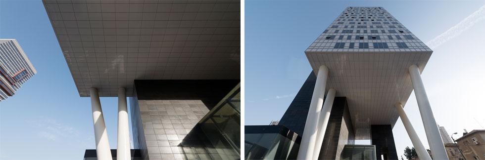 מבט מהרחבה למעלה. עמודי V תוכננו בהשראת בנייני השופרסל ברחוב אגרון בירושלים וברחוב בן יהודה בתל אביב (צילום: גדעון לוין )