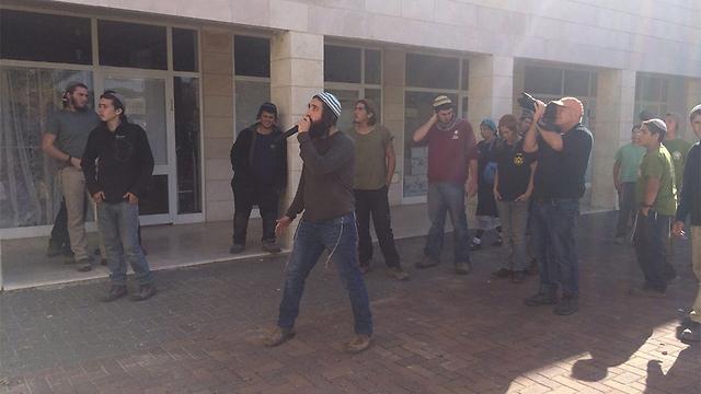 תושבי עמונה היום, לאחר פיצוץ הישיבה ()