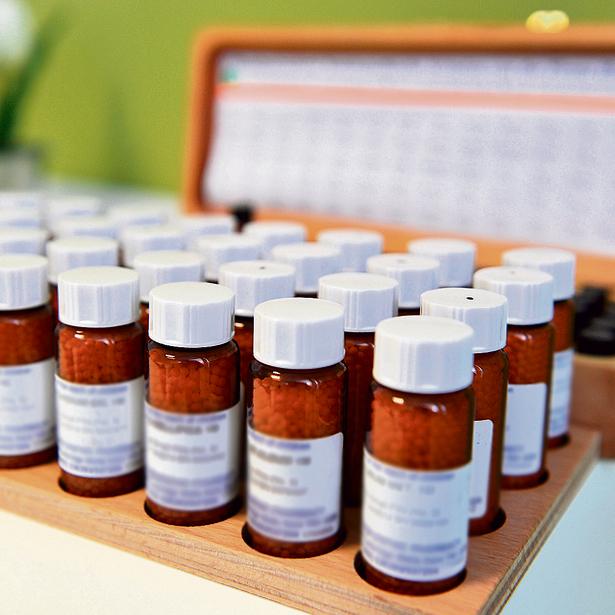"""תרופות הומיאופתיות. ועדת המדע של הפרלמנט הבריטי קבעה, ש""""הומיאופתיה היא טיפול  דמה, ורישום תרופות דמה מובהקות הוא פשוט רפואה רעה"""""""