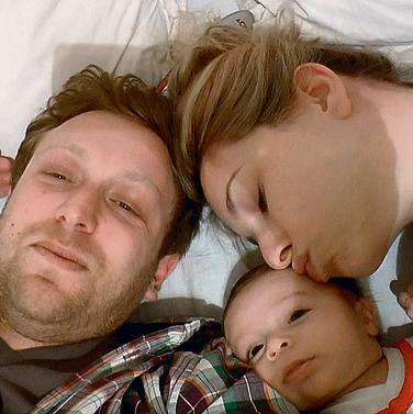 לא מפתיע שזוגות מתגרשים מיד אחרי הילד הראשון. דיין והמשפחה