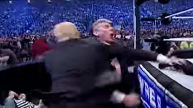 המקור: טראמפ נאבק בווינס מקמהון, בקרב מבוים ב-2007 (צילום: youtube) (צילום: youtube)